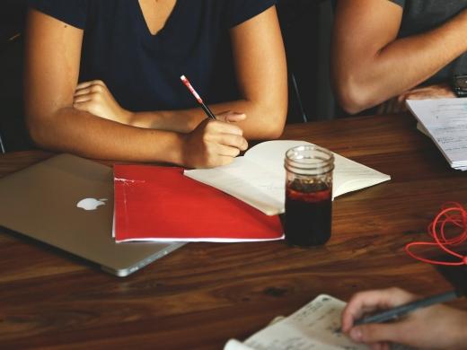 職場コミュニケーションを改善する方法とは?<br>社内施策のポイントや他社事例を解説
