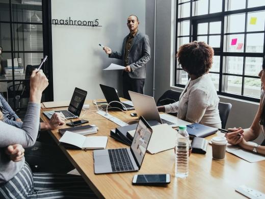エンゲージメントサーベイとは?<br>従業員満足度調査との違いや導入ステップについて